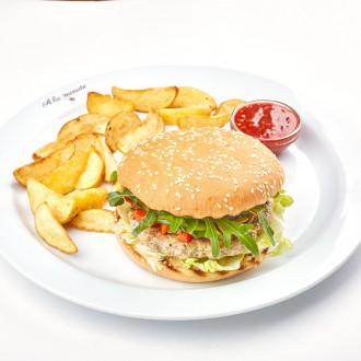 Бургер з індичкою, печеною картоплею та сирним соусом