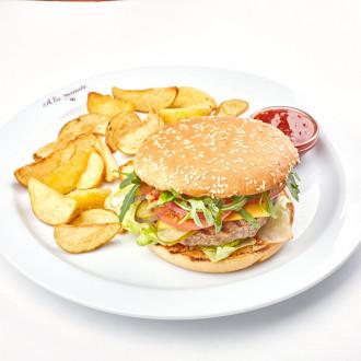 Бургер яловичий з печеною картоплею та соусом