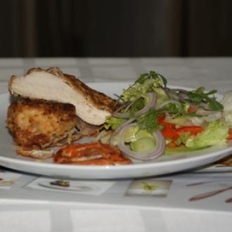 Куряча грудка з пармезаном, салатом та мармуровим соусом